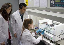 El equipo de Regemat trabajando con una de las bioimpresoras de órganos y tejidos de su catálogo. Concretamente con el modelo de la bioimpresora BIO V-1.