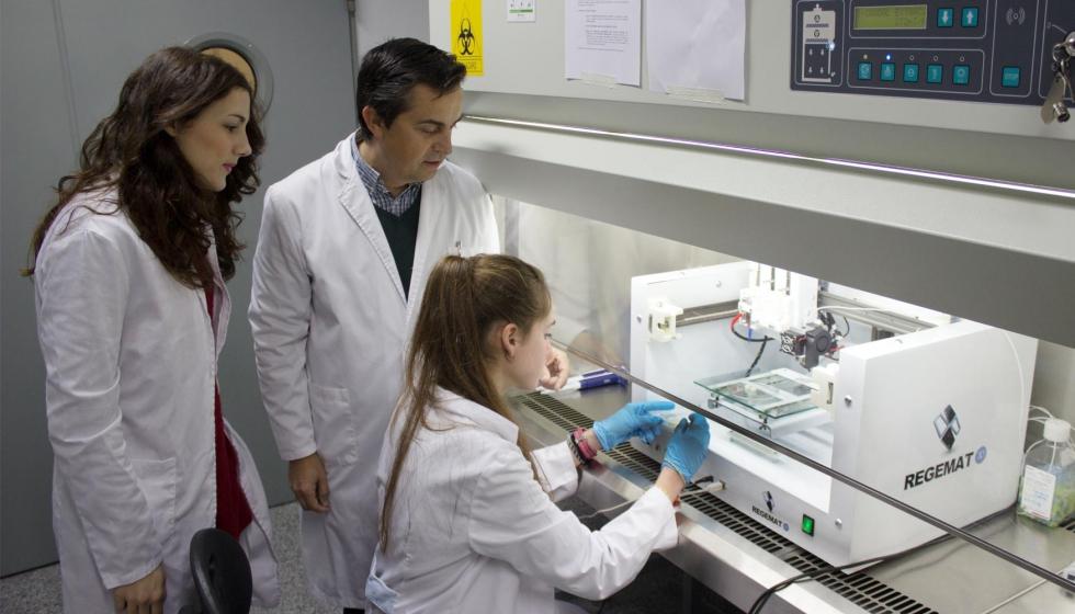 El equipo de Regemat trabajando con una de las impresoras de su catálogo. Concretamente con el modelo de la bioimpresora BIO V-1.